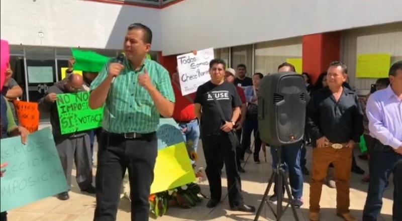 """Con cartulinas y micrófono, Valencia Reyes recriminó que la Comisión Estatal de Procesos Internos que se formó en noviembre pasado, haya quedado relegada y que las decisiones hayan recaído en manos de """"quienes ostentan el poder"""" del partido"""