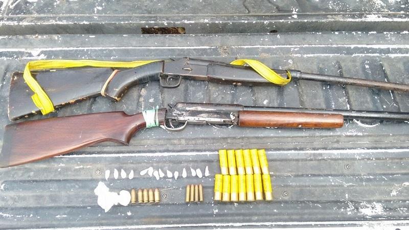 """Antonio C., alias """"El Judas"""", de 44 años de edad, fue detenido en posesión de dos escopetas calibres .20 y .30, 22 cartuchos calibres .20, .45 y .38 especial, además de 14 envoltorios con metanfetamina"""