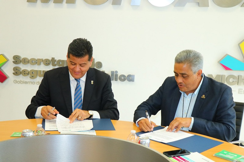 Juan Bernardo Corona Martínez, titular de la dependencia encabezó la firma de este convenio marco con el rector Alejandro Bustos Aguilar