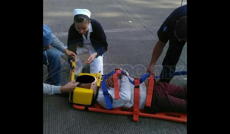 Una enfermera que transitaba por dicho lugar y que se  percató del incidente, le brindó las primeras atenciones al lesionado
