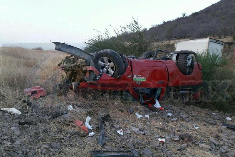 Conductores que se percataron del accidente se detuvieron a apoyar al conductor y en cuestión de minutos arribaron paramédicos de Rescate y Salvamento, los cuales le brindaron las primeras atenciones para posteriormente subirlo a la ambulancia y trasladarlo a un hospital