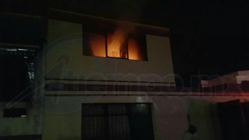 Al lugar arribaron agentes de la Policía Michoacán, así como Bomberos de Protección Civil Estatal, los cuales controlaron el incendio