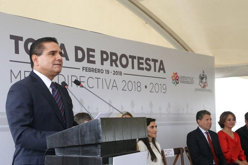 Ante la nueva Mesa Directiva, que será encabezada por Karina Silva Villicaña, el mandatario estatal destacó el esfuerzo que realizan día a día cada uno de los integrantes dentro del sector turismo para ubicar a Michoacán como de los destinos preferidos del país y a nivel internacional