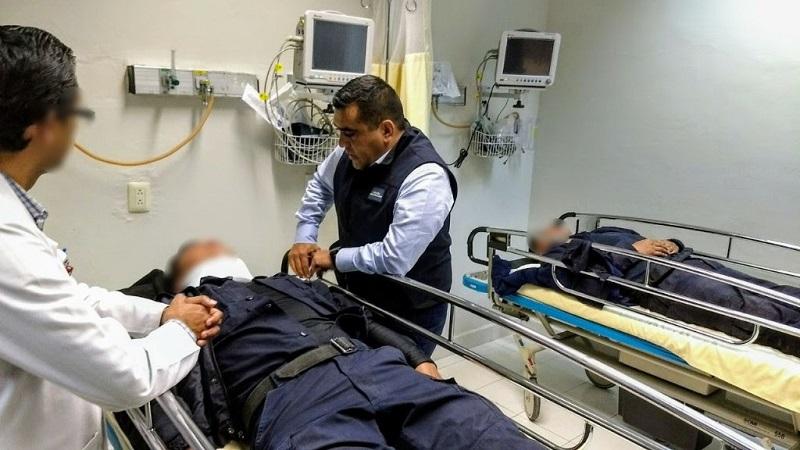 Los primeros informes de la Unidad de Peritos arrojan que un vehículo particular invadió el carril y se impactó de frente con la patrulla, que realizaba labores de vigilancia sobre la carretera que conduce a Quiroga