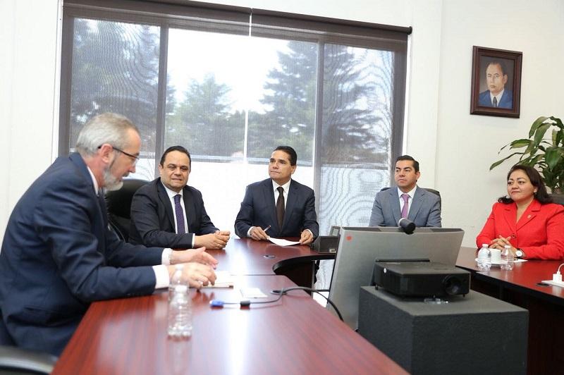El mandatario michoacano y el titular del órgano garante federal, revisaron las acciones que se implementan en pro de la transparencia, rubro indispensable para el fortalecimiento institucional