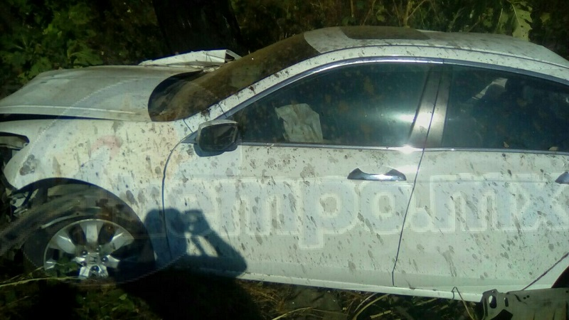 Fue hasta esta mañana que algunas personas que caminaban por el lugar localizaron a unos 50 metros de profundidad el vehículo siniestrado, de la marca Honda tipo Accord, de color blanco, con placas PFK-153-T del estado de Michoacán y en su interior el cuerpo del chofer sin vida