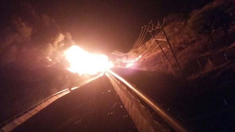 """En el lugar confirman que se trataba de un ducto que estaban ordeñando y sobrevino una explosión lo que provocó que un camión tipo Rabón quedara consumido en su totalidad, localizando en su interior 8 canastillas de los llamados """"Totes"""", dónde almacenaban el hidrocarburo"""