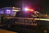 El sistema de emergencias 911 recibió una llamada anónima en la que señalaban que en un lote baldío ubicado cerca de la tienda OXXO en la colonia mencionada se hallaba el cuerpo de un hombre y que tenía huellas de violencia