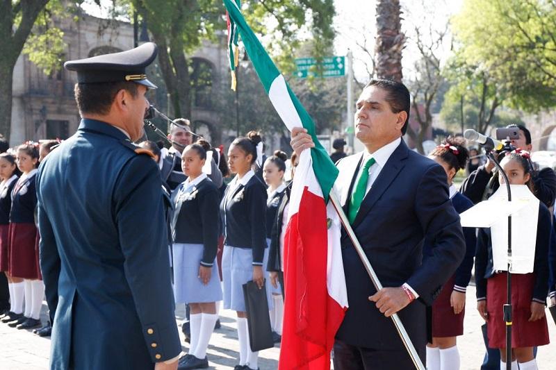 Encabeza el gobernador de Michoacán la ceremonia del Día de la Bandera