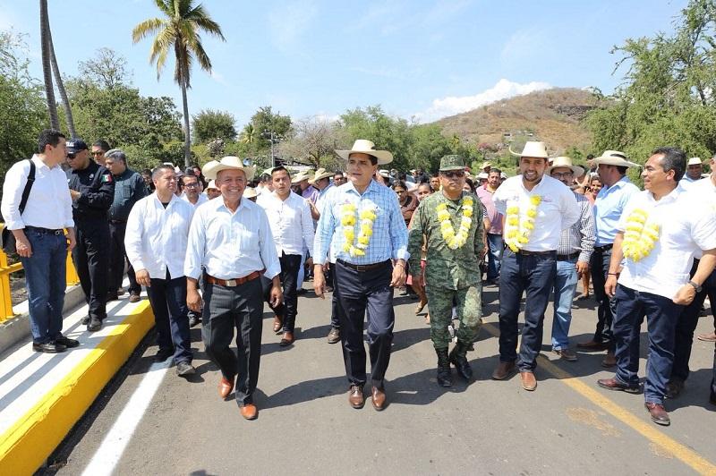 En El Salitre inaugura la construcción de la presa las Parotas del Huacaz, así como la reconstrucción del camino las Juntas- El Salitre, obras que en su conjunto alcanzan los 18 mdp