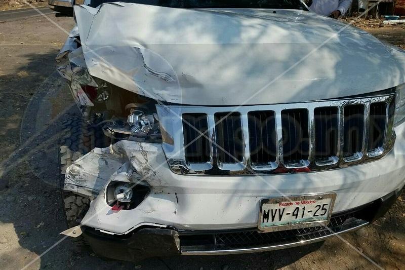 Fuentes indicaron que el alcalde circulaba sobre la carretera Buenavista-Apatzingán a bordo de una camioneta Jeep tipo Cherokee, de color blanco y blindada, la cual al llegar a la altura del poblado La Mojonera se impactó contra otra camioneta