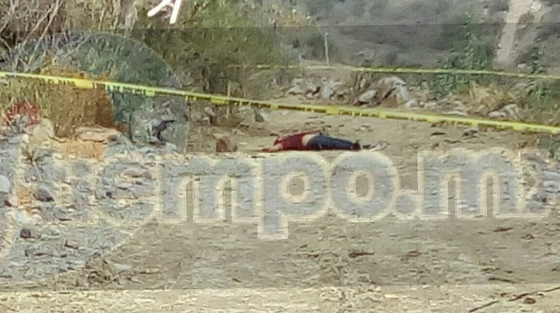 La víctima vestía pantalón de mezclilla azul y playera roja de aproximadamente 30 a 35 años de edad