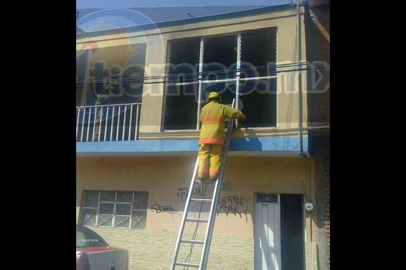 El incidente ocurrió minutos antes de las 15:00 horas cuando vecinos alertaron a los bomberos de Protección Civil Estatal que sobre la calle Naranjo a la altura del número 76 estaba saliendo humo de una segunda planta de un domicilio