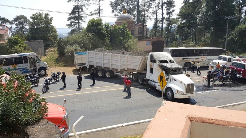 Fue minutos después de las 11:00 horas cuando un grupo de civiles, aparentemente de una célula delictiva que se ubica en esa región de Tierra Caliente, empezó a secuestrar camiones y vehículos, para posteriormente bloquear a la altura del Hotel San Francisco en Apatzingán