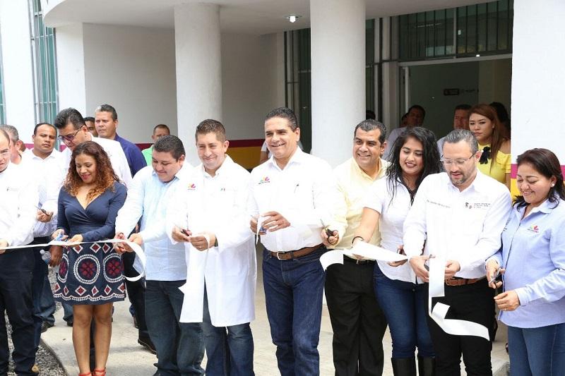 El pueblo de Aquila estará agradecido por siempre por esta obra; destaca el director general del Centro de Salud, Abraham Espinosa