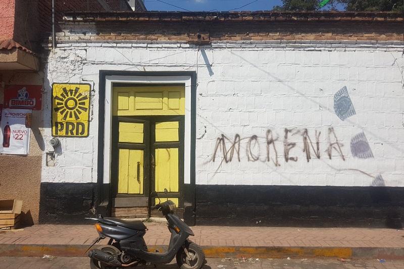 Las sedes de los partidos fueron vandalizadas con tinta con las siglas de Morena, incluso vehículos, además de que a otros automotores se les embarró excremento