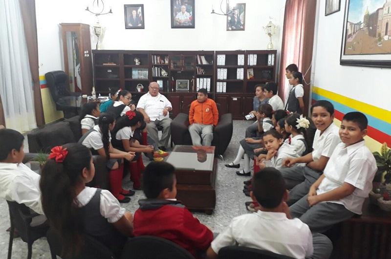 El edil recibió en su oficinas a los alumnos de la Escuela Carrillo, quienes preguntaron al alcalde sobre el trabajo que realiza en el ayuntamiento e hicieron diversos planteamientos sobre cuáles son sus principales preocupaciones