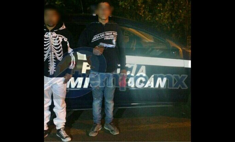La detención se registró cuando alertaron a la Policía Michoacán, ya que a las afueras de la tienda Coppel en la Avenida Latinoamericana esquina con el Paseo Lázaro Cárdenas, se encontraban dos sujetos armados y asaltando a los ciudadanos