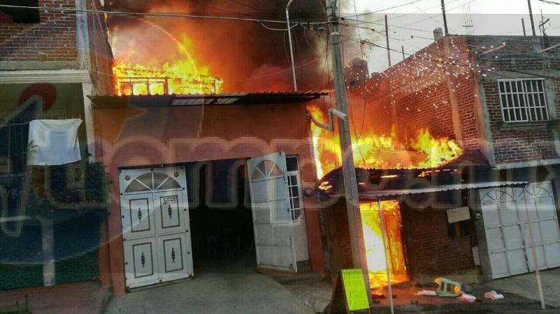 Bomberos laboraron coordinadamente para evitar que el fuego se extendiera a otras viviendas, por lo que después de una hora fue controlado el incendio donde hubo daños materiales