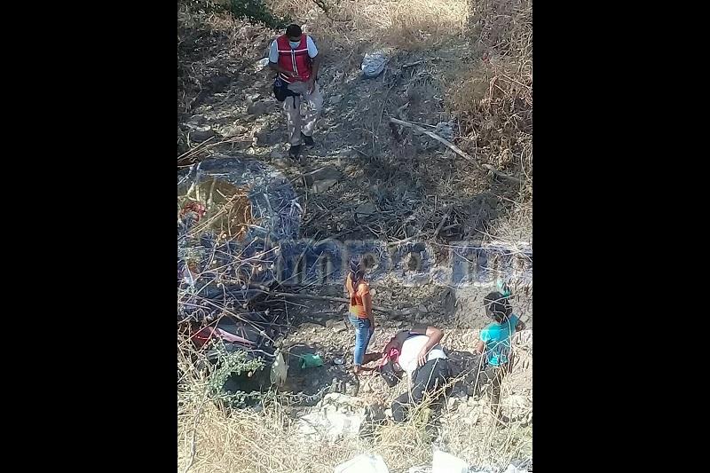 Las tres mujeres fueron identificadas como Ceidy G., de 33 años, Aydeli G., de 9 años y Celeste G., de 8 años de edad, haciéndose cargo autoridades correspondientes para sacar la unidad siniestrada