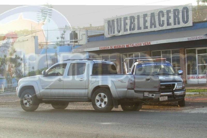 """Autoridades fueron alertadas aproximadamente a las 07:00 de la mañana que sobre la carretera Jacona-Jiquilpan, a la altura del Motel """"California"""" y sobre la calle Volcán de Toluca, en la colonia La Enramada, se encontraba una cabeza humana en el cofre de una camioneta"""