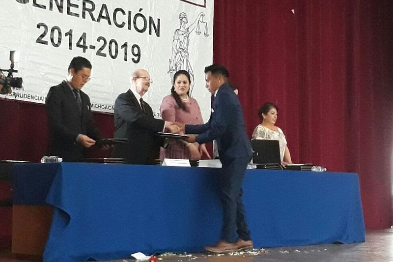 Vallejo Figueroa apuntó que en los nicolaitas que recibieron su Carta de Pasante, veía rostros de mujeres y hombres jóvenes comprometidos para combatir las injusticias y desigualdad social