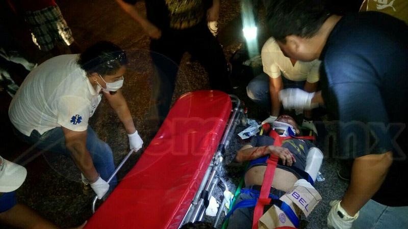 Minutos después arribaron elementos de Protección Civil, quienes a bordo de su ambulancia lo trasladaron a un hospital para que recibiera atención, pero horas más tarde falleció