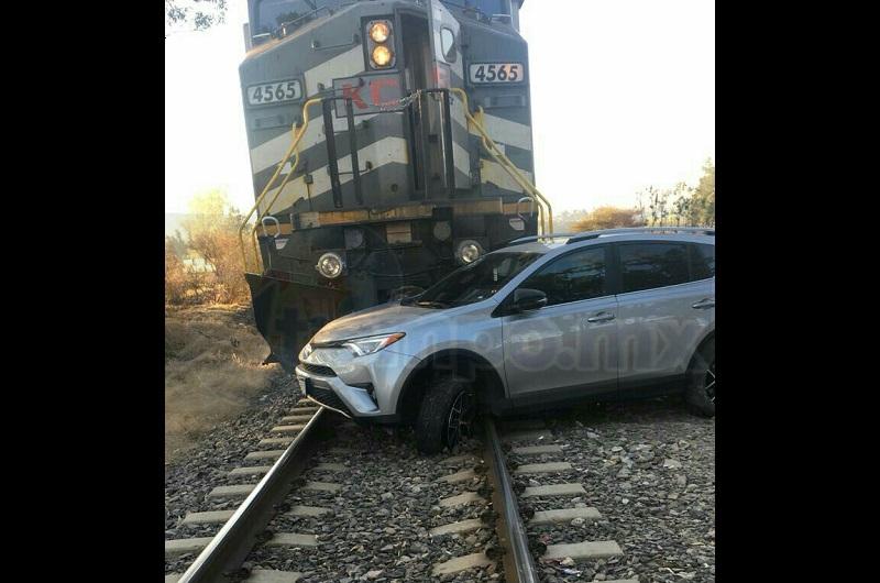 La unidad ferroviaria de la empresa Kansas City, con número económico 4565, operador Luis M., trato de detener la marcha, impactando en un costado a la camioneta, cuando circulaba de oriente a poniente a la altura de la colonia Campo Bello