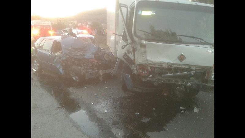 En el lugar se impactaron un Volkswagen azul y un camión de carga International