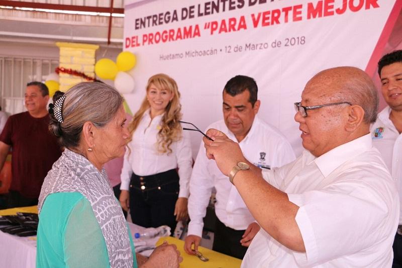 Gilberto Zarco mencionó que el objetivo de esta entrega de anteojos es ayudar a las personas de escasos recursos, a fin de que tengan una mejor calidad de vida y puedan corregir enfermedades visuales
