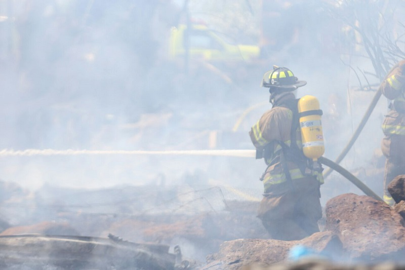 Bomberos controlaron el incendio y realizaron trabajos de remoción y enfriamiento para evitar que nuevamente se vuelva avivar el fuego