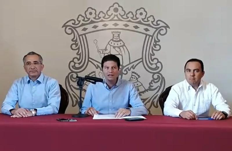 Martínez Alcázar fustigó a los partidos políticos, a los cuales acusó de legislar siempre a su favor y de ser ellos –y no los gobiernos independientes- quienes hacen mal uso de los recursos públicos