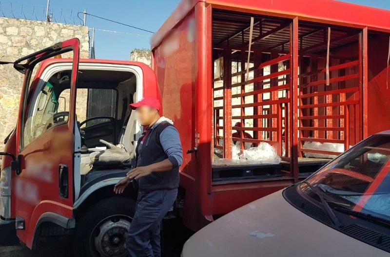 Los agentes municipales lograron que minutos después, liberaran los vehículos de dos empresas de comestibles, así como a sus respectivos conductores