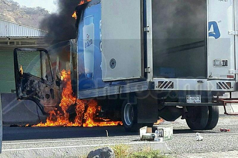 En el tramo Santa Casilda-Taretan se reportan varios vehículos afectados y personas varadas, además de mujeres con crisis nerviosas