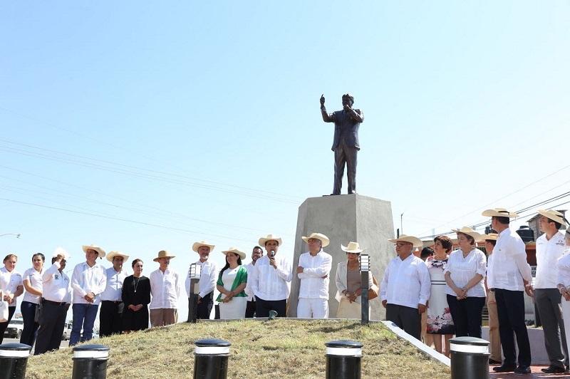 Con la voz entrecortada por la emoción, Martín Urieta expresó su agradecimiento al pueblo de Huetamo, al Ayuntamiento y el Gobierno Estatal por haber rendido este homenaje a sus casi 60 años de trayectoria