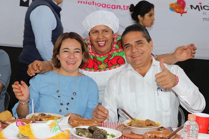 Silvano Aureoles degustó la variedad de platillos de cada región del estado, y aprovechó para saludar y convivir con familias que se dieron cita en este lugar