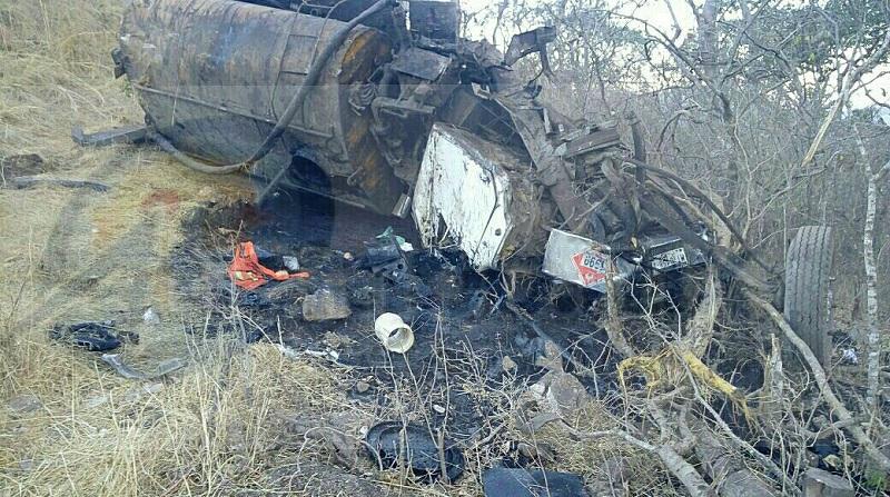 El conductor quedo prensado, mientras la pipa –que transportaba emulsión asfáltica- se consumía por el fuego