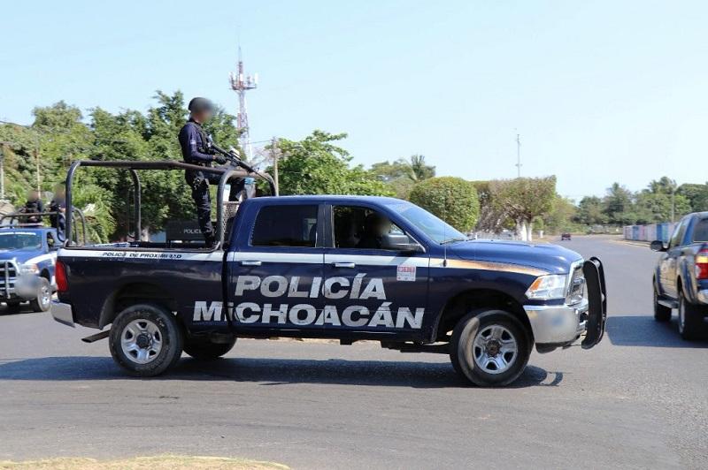 En la Autopista Siglo XXI, las policías Michoacán y Federal vigilan que los automotores que transportan mercancía, salientes o entrantes de la ZEE, no sufran ningún inconveniente durante su trayecto en la red carretera