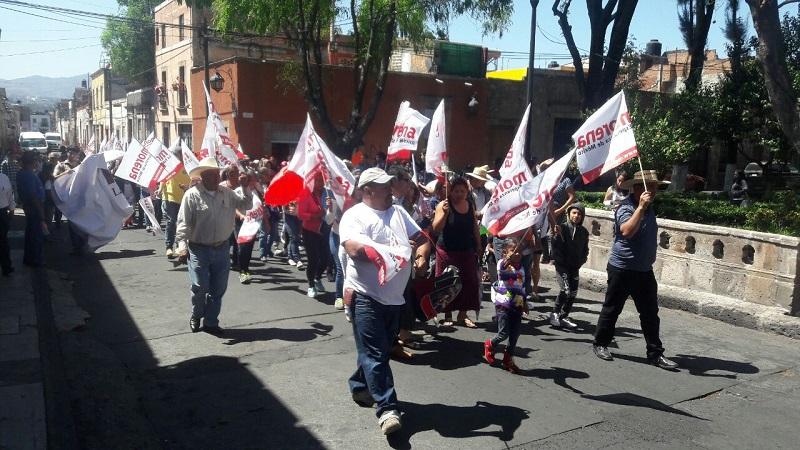 Tras su manifestación en la sede estatal del Morena, los morenistas partieron en marcha hacia la sede estatal del Partido Encuentro Social (PES), donde una comisión de 5 personas fue recibida por la dirigencia estatal