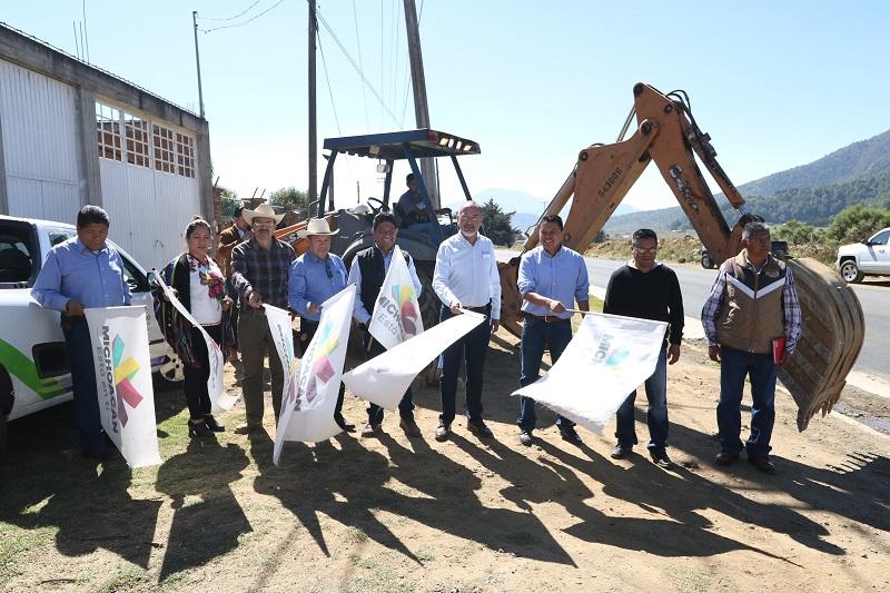 Los banderazos oficiales de arranque de las obras fueron encabezados por el titular de la SCOP, José Juan Domínguez López, en compañía de las y los integrantes del organismo de gobierno comunal