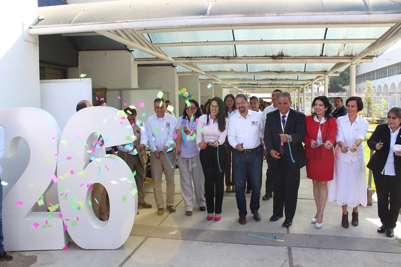 El rector nicolaita señaló que es muy grato recibir en la casa de todos los michoacanos a los jóvenes que le apuestan al camino de la educación como un medio para superarse y ante el cual no deben dejarse vencer