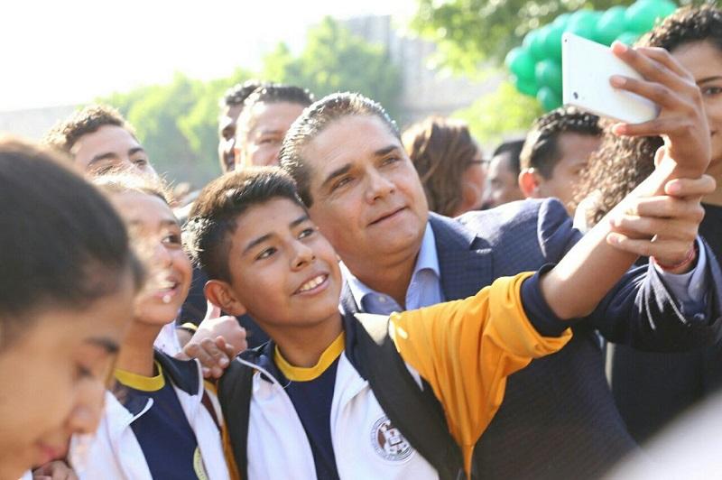 Ante estudiantes de educación básica y media superior, el gobernador de Michoacán señaló que con este proyecto se rescatarán los espacios públicos para alejar a la niñez y juventud de los riesgos