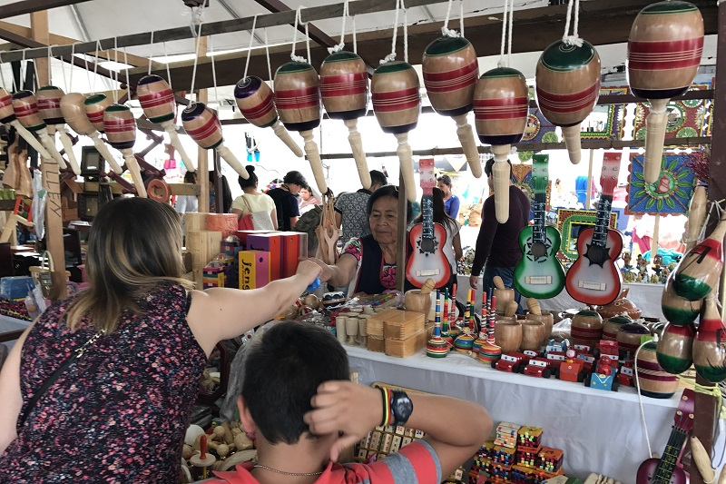 Durante dos semanas, quienes visiten Uruapan podrán adquirir piezas en las diferentes ramas artesanales, como textil, alfarería, madera, maque, laca, fibras vegetales, cobre, guitarras, juguetería, muebles, entre otras