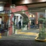 En cuestión de minutos arribaron elementos de la Policía Michoacán, así como paramédicos de la Cruz Roja, quienes confirmaron la muerte de la persona