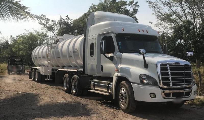 En el municipio de Parácuaro, elementos policiales y de la Fiscalía Regional de la PGJE localizaron un tractocamión marca Freightliner reportado como robado con 30 mil litros de hidrocarburo