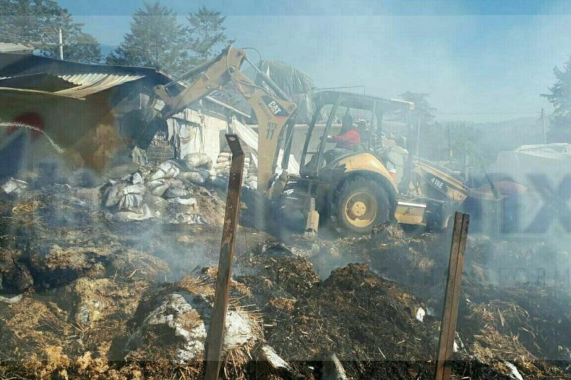 Por más de 8 horas estuvieron trabajando los bomberos para poder controlar el incendio y con apoyo de maquinaria realizaron la remoción para evitar que nuevamente se iniciará el fuego