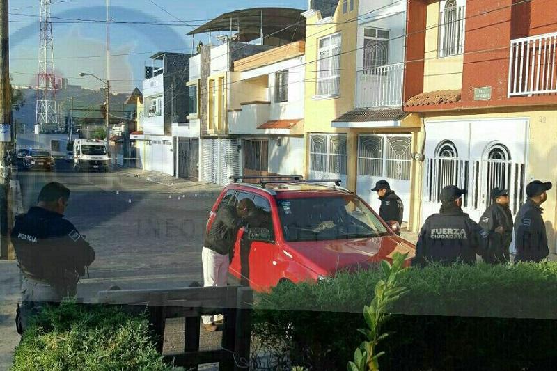 Al lugar arribaron elementos de la Policía, los cuales confirmaron que se trataba de una camioneta marca Suzuki tipo Vitara, de color rojo, con placas de circulación PFZ-750-Y de Michoacán