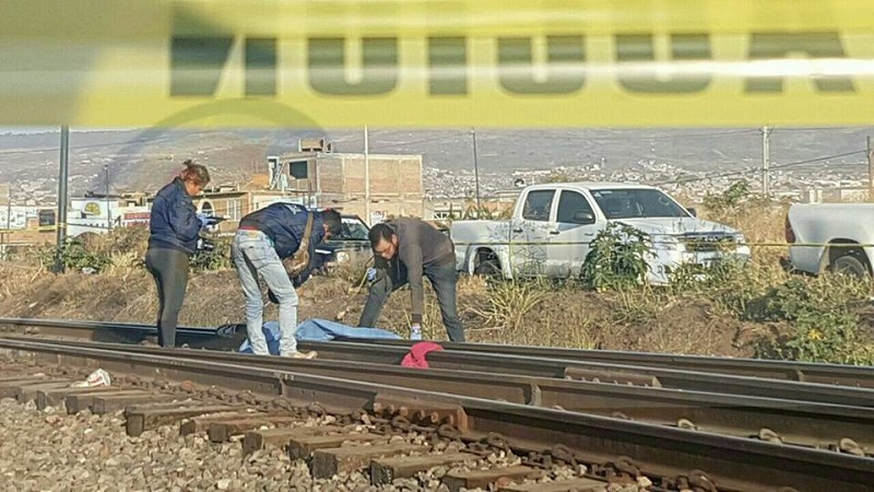 Al lugar arribaron elementos de la Policía Michoacán, los cuales confirmaron que se trataba de un hombre con vestimenta femenina, de aproximadamente 40 a 45 años de edad, el cual estaba cercenado de la cintura