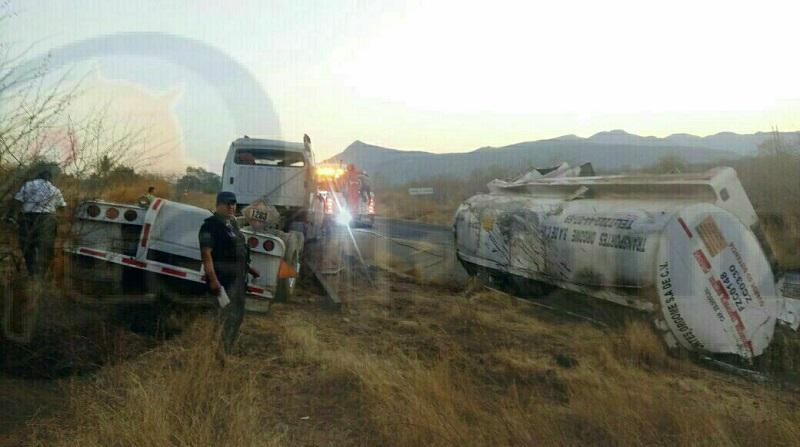 Por varias horas estuvo cerrada la carretera hasta que concluyeron las labores y retiraron la unidad siniestrada