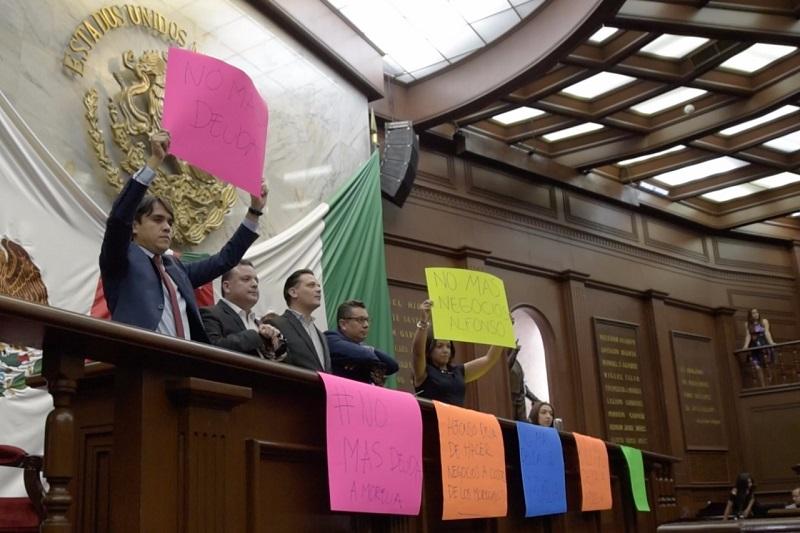 Luego de verse obligados a tomar la tribuna del recinto legislativo, Quintana Martínez, lamentó que se haya convocado a una sesión extraordinaria violando procedimientos y normas, a petición del alcalde independiente, quien, demostró la manera corrupta en la que ha manejado la administración